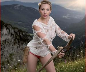 Nude tra i campi: le contadine svizzere posano per un calendario