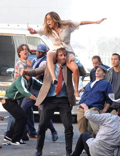 Jennifer Lopez si scatena e cade sul set del video di Papi